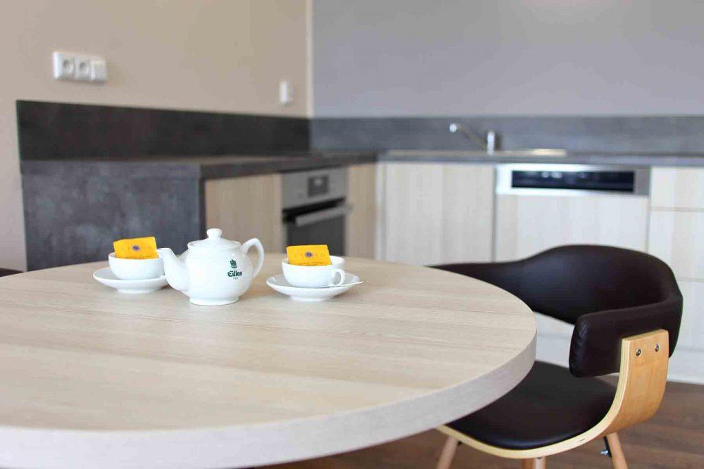 pokoj Deluxe - jídelní stůl